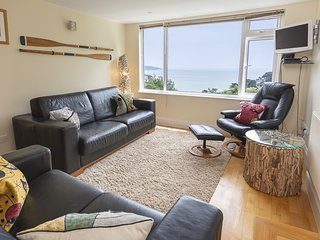 HYDEAWAY, 7 GRAFTON TOWERS, sea views, garden/terrace, barbecue, parking