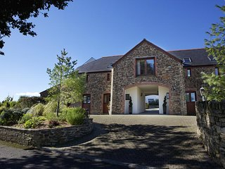 2 NEW BARN, shared swimming pool, near Dartmouth, wifi, parking.