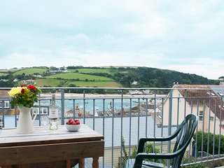 UPPER MARCAM HOUSE, dog-friendly, estuary views, open plan living, central Salco