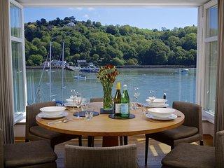 9 DART MARINA, river views, spa membership, luxury, wifi.