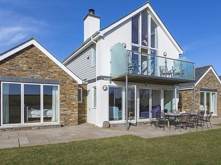 SEA PEEP, country/sea views, beach nearby, spacious living, fireplace