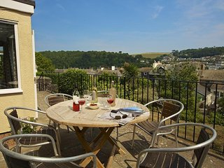 MOONRAKERS, dog-friendly, River views, balcony, Dartmouth