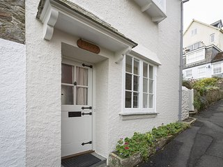 11 ROBINSONS ROW, fishermans cottage, central Salcombe, estuary views, large