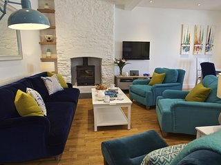 ARMOREL HOUSE, central Dartmouth, two sitting rooms, parking, outside space