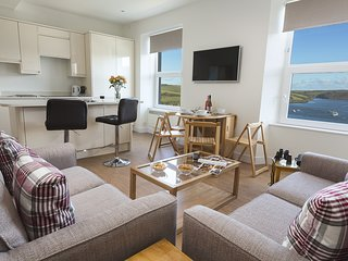 MAIN TOP APARTMENT, estuary views, near Salcombe town centre, open plan living,