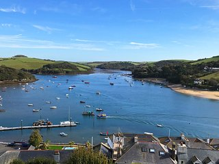 MAIN TOP APARTMENT, estuary views, near Salcombe town centre, open plan living