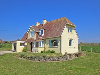 PRIMROSE COTTAGE, close to beach, beach/sea view, garden, tranquil location