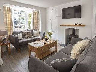 THE OLD WASH HOUSE, Grade II listed property, dog-friendly, period fireplaces