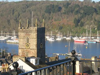 COBBS COTTAGE, lovely views over Dartmouth and the River Dart, spacious two tier
