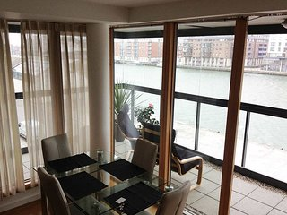 CITY CENTRE-HANOVER DOCK-STYLISH 2BR-2BA WITH RIVER VIEWS