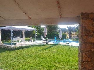 Chalet con piscina en parcela ajardinada de 3000 m2