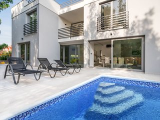 4 bedroom Villa with Air Con, WiFi and Walk to Beach & Shops - 5684393
