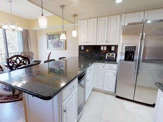 New! Spacious Updated Penthouse. Steam Shower, Pool,Tennis, Elevator. Steps to C