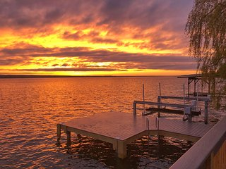 Pura Vida Cottage: Right on the water! Fantastic sunsets!