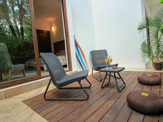 Luxury 2 BR Condo with Terrace & Pool View by olahola
