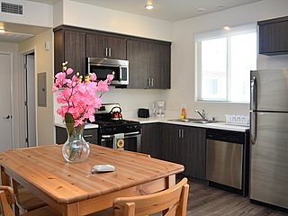 1 Bed/1 Bath w/ Bar Stool Seating (F42)