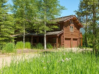 Spacious cabin nestled in the Aspens~Close to town and Teton Village!