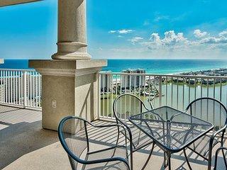 2BR Stunning Top Floor Condo w/ Balcony Views - Pool & Private Beach