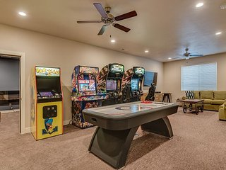 Awesome Arcade House - GAME Room!/Hot Tub/Theater Room/Sleeps 28 / 5 Bedrooms