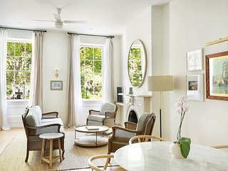 Stay Local in Savannah: Sprawling Parlor Level Flat, Walk to Everything