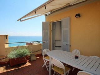 3 bedroom Apartment with WiFi and Walk to Beach & Shops - 5657158