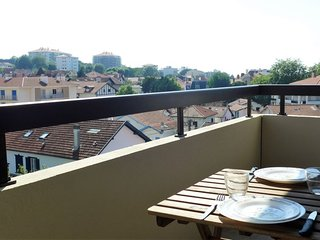1 bedroom Apartment with WiFi and Walk to Beach & Shops - 5643001