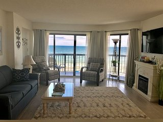 Oceanfront corner condo in quiet building, close to many attractions