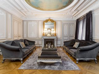 4 Bedroom 3 1/2 Bathrooms Super Luxurious Louvre Apartment