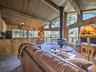Charming Big Bear Cabin w/ Deck - 5 Mi to Resort!