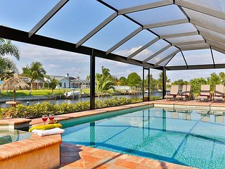 Cape Coral Casa Nueva - Waterfront w/pool and tub