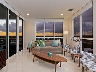 Modern and luxurious Penthouse - 3 minute walk to the beach & restaurants