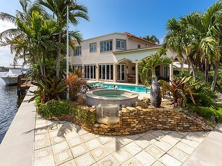 INTRACOASTAL WATERFRONT MANSION: Hot tub, Pool, Bicycles
