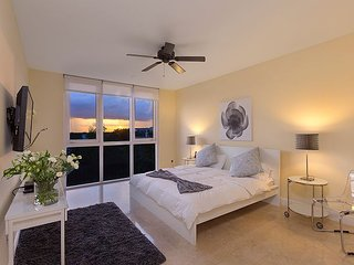Relaxing and luxurious condo - 3 minute walk to restaurants and beach