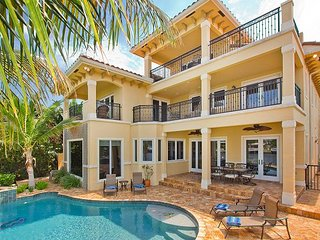 INTRACOASTAL MANSION pool, hot tub, paddle boards, 3 blocks from the beach
