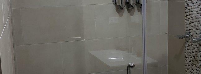 Baños con sus dispensadores de jabón liq., champú y acondicionador