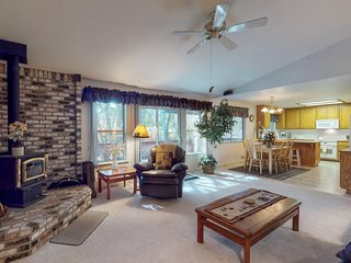 NEW LISTING! Cute lodge home w/furnished deck, hot tub & BBQ- near lake & marina