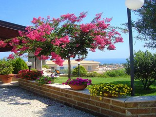 Appartamento in Villa vista mare, panoramico, molto fresco, riparato, giardino