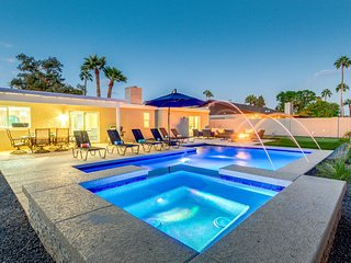Luxury Scottsdale home w/ Heated Pool, Spa, Putting Green, fire pit, & more!