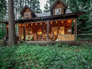 Cozy cabin for 4, hot tub, WiFi, and just 20 minutes to Stevens & Leavenworth
