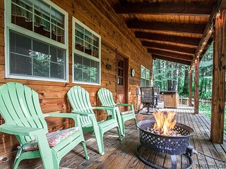 Chipmunk Lodge close to lake, golf, hot tub, propane fire pit