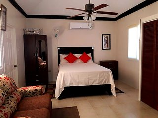 Secured Lovely Irie Getaway - VACATION HOME Between Montego Bay & Ocho Rios
