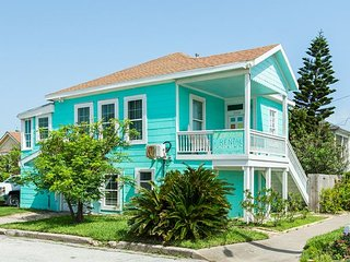 2 Rentals For The Price Of 1 - Upgraded 5BR, Just 1 Block to Beach & Pier
