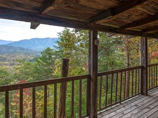 Cozy log cabin w/private hot tub, fireplace, grill & deck - close to town!