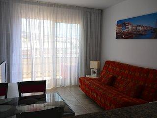 Luminoso apartamento con vista mar , cómodo y equipado en el sur de la isla .