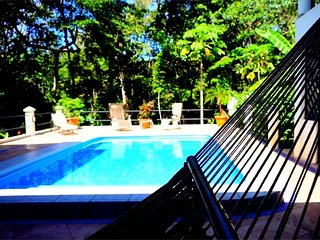 Seahorse House, Rain Forest retreat, 5 min to the beach, restaurants, stores.