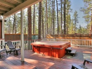 Adorable! PRIVATE HOT TUB. Close to SLOPES & LAKE