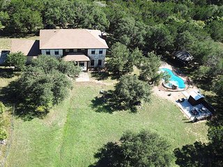 NEXT TO FLAT CREEK WINERY HILL COUNTRY- POOL-15 acres-LAKE nearby-Sleeps 12