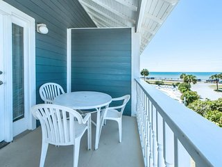 NEW LISTING! Gulf-view condo across from beach w/shared pool & hot tub