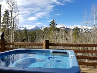Mountain view cabin w/private hot tub, pool table, gas fireplace - close to town
