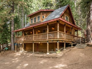 Woodland cabin w/ large porch, fireplace & soaking tub - walk to the lake!